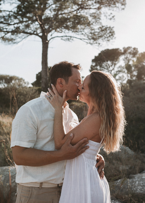 Brautpaar steht in der untergehenden Sone in Mallorca -  Brautpaarfotoshooting und Destination Wedding in Mallorca - Chris Reuter Hochzeitsfotograf