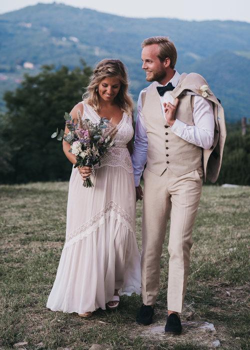 Brautpaar macht in den Bergen der Toskana einen romantischen Spaziergang - Destination Wedding Toskana - Hochzeitsreportage Toskana - Chris Reuter Hochzeitsfotograf