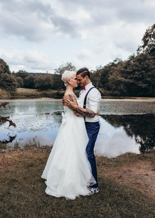 Verliebtes Brautpaar steht vor einem See im Sauerland - romantisches Brautpaarshooting im Sauerland - Hochzeitsreportage Sauerland - Chris Reuter Hochzeitsfotograf