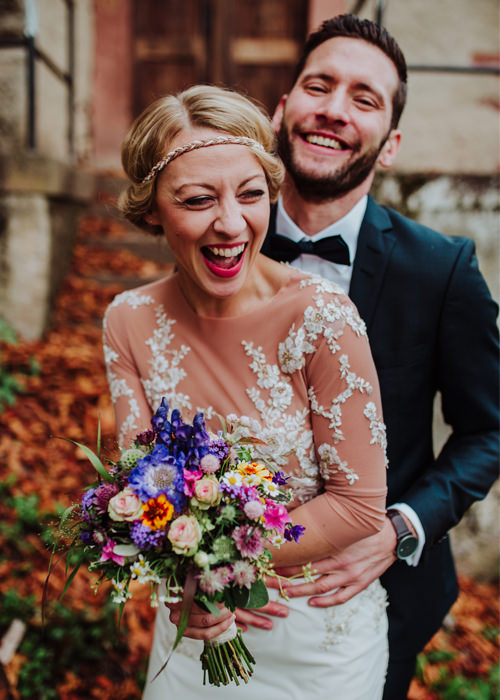 Wunderschönes Hochzeitspaar lacht gemeinsam vor der Kamera - Hochzeitsreportage im Sauerland - Chris Reuter Hochzeitsfotograf