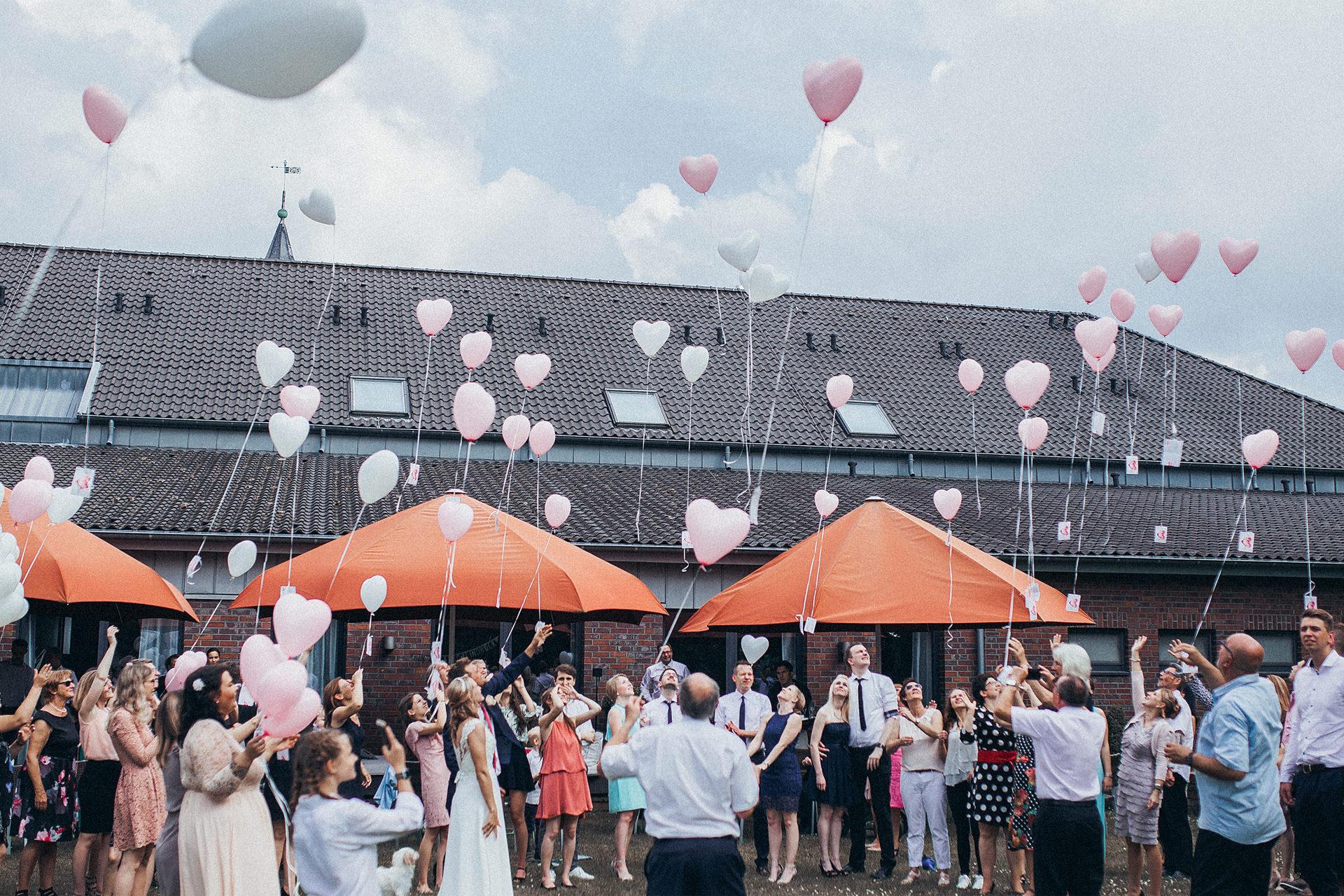 Garten Hochzeit in Köln - freie Trauung mit vielen Luftballons, die in den Himmel steigen - Luftballons auf Hochzeit - Hochzeitsreportage Köln - Chris  Reuter Hochzeitsfotograf