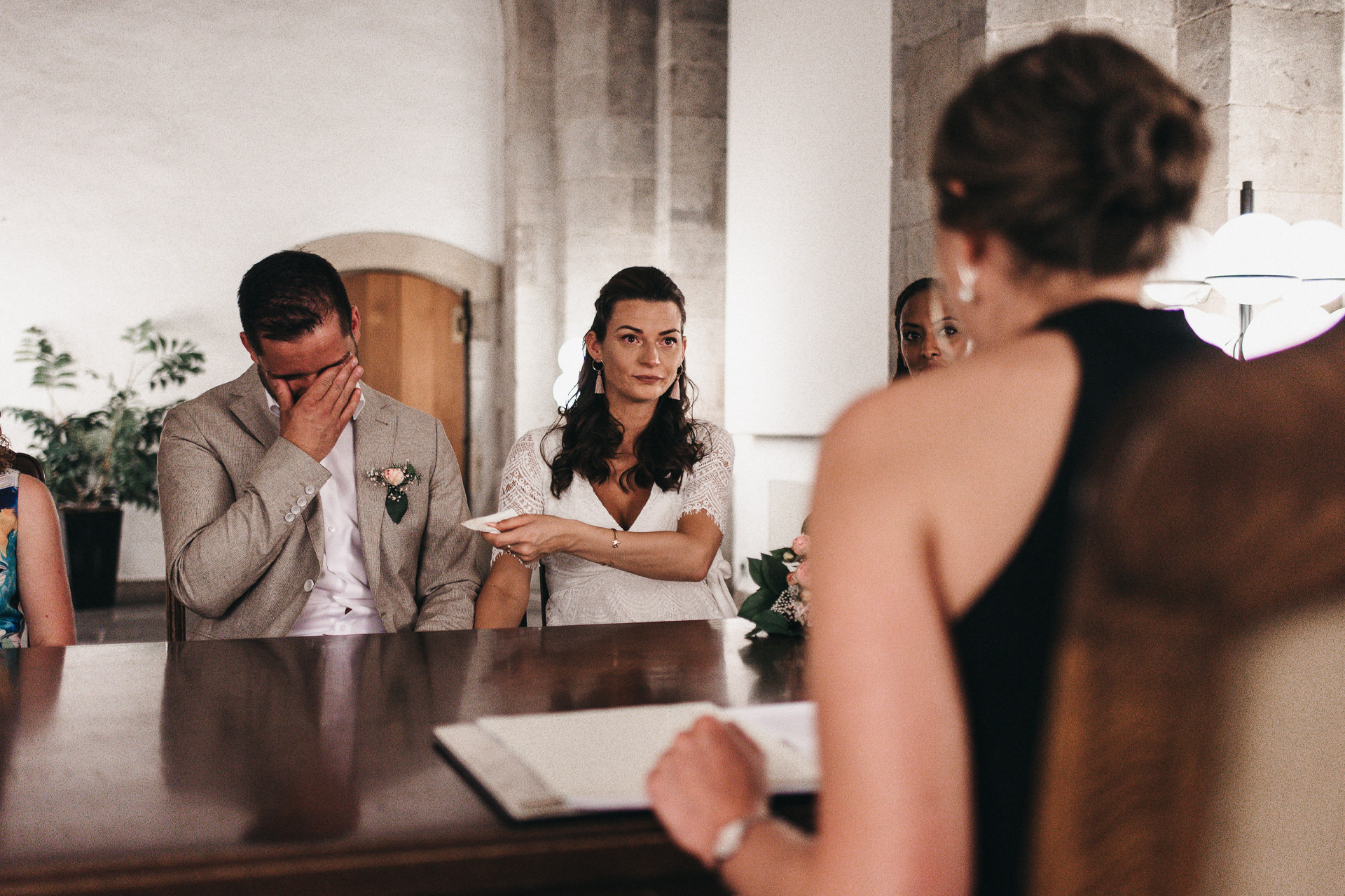 Bräutigam kann seine Tränen nicht mehr zurückhalten und wird von seiner Braut getröstet - Hochzeitsreportage Köln - standesamtliche Hochzeit - Chris Reuter Hochzeitsfotograf