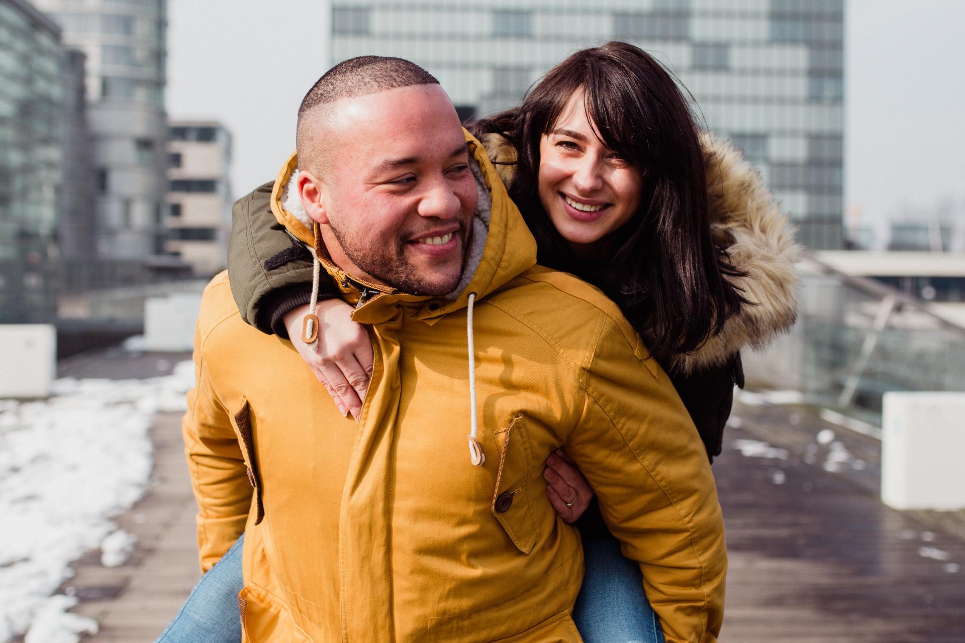 Lockeres und listiges Paar Shooting in Düsseldorf Medienhafen - Winter in Düsseldorf - Paar schlendert durch den Schnee im Düsseldorfer Medienhafen - Chris Reuter Hochzeitsfotograf