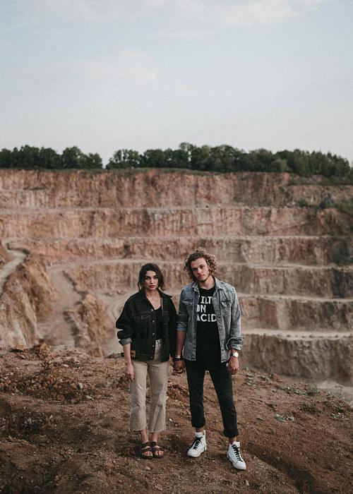 Hipster Couple Posing Sauerland - Paar steht an einem Steinbruch und posiert für die Kamera - Parr Fotoshooting Sauerland und Köln - Chris Reuter Hochzeitsfotograf