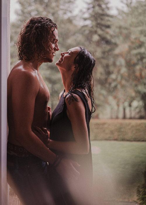 Verliebtes Ehepaar steht nass vom Regen im Hausflur und umarmt sich - Homestory Paarfotoshooting im Sauerland und Köln - Chris Reuter Hochzeitsfotograf