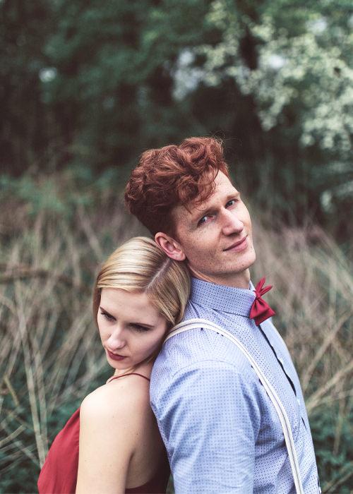 Outdoor Paarfotoshootin in Köln - Pärchen lehnt sich aneinander - Couple Posing - Chris Reuter Hochzeitsfotograf